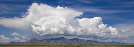 Een Paar Bliksemstakingen op Molenaar en Carr Peaks Stock Foto's