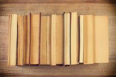 Een paar boeken op een houten bureau Stock Afbeelding