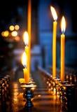 Een paar brandende kaarsen op het altaar in Christian Church Stock Afbeelding