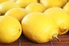 Een paar citroenen op de lijst Stock Foto