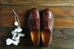Een paar comfortabele schoenen op een houten oppervlakte Royalty-vrije Stock Afbeelding