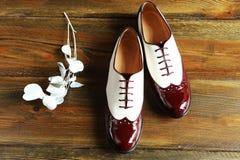 Een paar comfortabele schoenen op een houten oppervlakte Stock Foto's