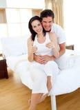 Een paar dat resultaten van een zwangerschapstest te weten komt Stock Afbeelding