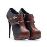 Een paar de schoenen zwarte en bruine stiletto's van vrouwen met een decoratieve riem royalty-vrije stock fotografie