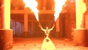 Een paar die met make-upskelet Halloween twee toortsen met een sterke vlam houden stock videobeelden