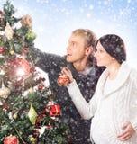 Een paar die op de baby bij Kerstmis wachten Stock Afbeelding
