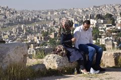 Een paar die op de ruïnes van Jerash, Giordany spreken Stock Afbeeldingen