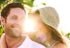 Een paar die op het concept van de strand romantische liefde ontspannen royalty-vrije stock foto