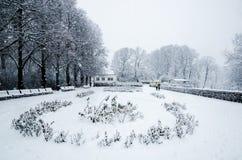 Een paar die tijdens een sneeuwdaling lopen van Vigeland-Park in Oslo royalty-vrije stock foto's