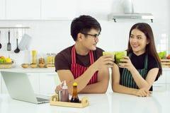 Een paar drinkt groene thee in de keuken stock afbeeldingen