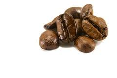 Een paar geroosterde koffiebonen Stock Afbeeldingen