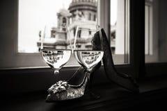 Een paar glazen wijn en van vrouwen schoenen op de vensterbank royalty-vrije stock afbeelding