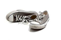 Een paar grijze tennisschoenen op wit Royalty-vrije Stock Foto's
