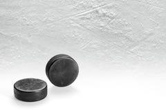 Een paar hockeypucks op ijs Royalty-vrije Stock Afbeelding