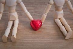 Een paar houten poppenmens op valentijnskaartdagen die liefde tonen aan elkaar Royalty-vrije Stock Afbeeldingen