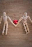 Een paar houten poppenmens op valentijnskaartdagen die liefde tonen aan elkaar Stock Foto