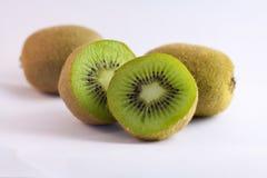 Een paar kiwivruchten die op wit worden geïsoleerde stock afbeeldingen