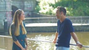Een paar komt voor een datum op een de zomerdag samen op de rivier stock videobeelden