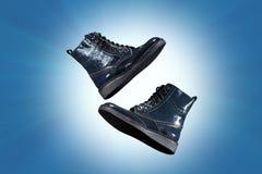 Een paar laarzen van de warme vrouwen van het de herfst donkerblauwe leer op blauwe achtergrond Royalty-vrije Stock Fotografie