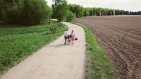Een paar landbouwers met een fiets gaat op de weg stock videobeelden