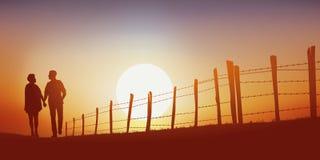 Een paar loopt op een steeg van het land bij zonsondergang royalty-vrije illustratie