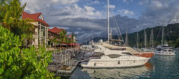 Een paar luxejachten bij de ligplaats van Eden-eiland Royalty-vrije Stock Afbeeldingen