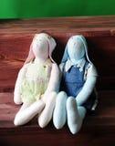 Een paar met de hand gemaakte konijntjes Meisje in roze en jongen in blauw Stock Foto's