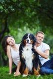Een paar met een hond in park Royalty-vrije Stock Afbeeldingen