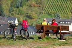 Een paar met twee fietsen die het landschap enjoing stock afbeelding