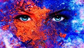 Een paar mooie blauwe vrouwenogen die, het effect van de kleurenaarde, het schilderen collage, violette make-up richten Stock Foto's