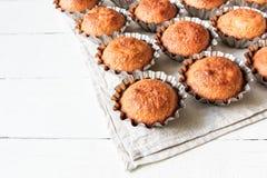 Een paar muffins in de bakselschotel Stock Afbeeldingen