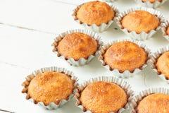 Een paar muffins in de bakselschotel Stock Foto