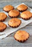 Een paar muffins in de bakselschotel Royalty-vrije Stock Foto's