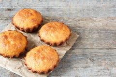 Een paar muffins in de bakselschotel Royalty-vrije Stock Afbeelding