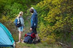 Een paar neemt een onderbreking terwijl het backpacking op een voorbereide sleep Royalty-vrije Stock Foto