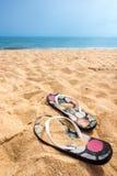 Een paar och zandige wipschakelaars op een mooi de zomerstrand stock afbeeldingen