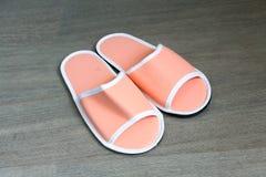 Een paar oranje beschikbare pantoffels met zachte schuimtextuur voor Royalty-vrije Stock Afbeeldingen