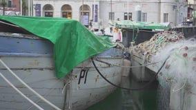 Een paar Oude die visserijvesselis met drijfnetten dichtbij pijler worden geparkeerd stock footage