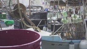 Een paar Oude die visserijvesselis met drijfnetten dichtbij pijler worden geparkeerd stock videobeelden