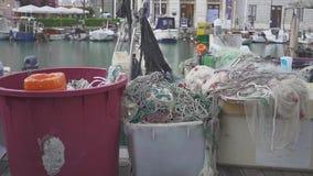 Een paar Oude die visserijvesselis met drijfnetten dichtbij pijler worden geparkeerd stock video
