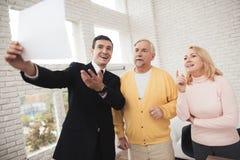 Een paar oude mensen bij advocaat` s ontvangst Advocaattribunes vóór hen en enthousiast besprekingen over aanstaande overeenkomst royalty-vrije stock foto