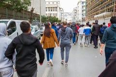 Een paar protesteerders in de straat van Algiers stock afbeelding