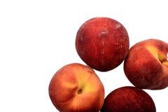 Een paar rijpe die perziken op een witte achtergrond worden geïsoleerd royalty-vrije stock fotografie