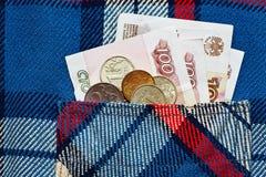 Een paar Russische ryubles in geruit overhemd in eigen zak steken Stock Foto's