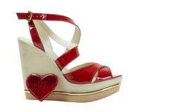 Een paar sandals van rode vrouwen op een witte achtergrond stock fotografie