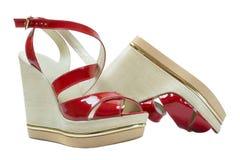Een paar sandals van rode vrouwen op een witte achtergrond stock foto