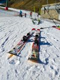 een paar skis ging op de witte sneeuw met niemand weg gebruikend hen op een het ski?en scène bij de achtergrond in een zonnige da royalty-vrije stock foto