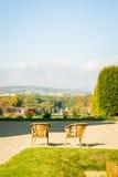 Een paar stoelen op de bovenkant van een vooruitzicht die op landscap letten Royalty-vrije Stock Foto's