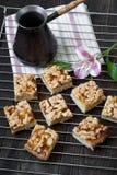 Een paar stukken van pastei en koffiepot Stock Foto