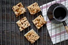 Een paar stukken van pastei met appelen en abrikoos blokkeren Royalty-vrije Stock Afbeelding